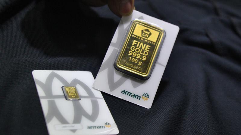 Pramuniaga menunjukkan emas batangan PT Aneka Tambang Tbk (ANTM) di sebuah gerai emas di Malang, Jawa Timur, Senin (6/1/2020). -  ANTARA / Ari Bowo Sucipto