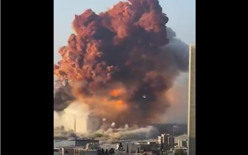 Ledakan di Pelabuhan Beirut, Lebanon karena ribuan ton amonium nitrat terbakar, Selasa (4/8/2020). - Twitter @borzou