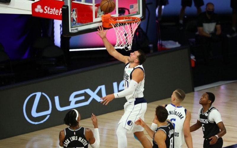 Guard Dallas Mavericks Luka Doncic (77) memasukkan bola ketika menghadapi Sacramento Kings di HP Field House di ESPN Wide World of Sports Complex, Florida, AS, dalam lanjutan basket NBA./Antara - Reuters
