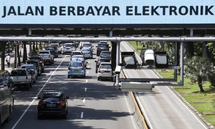 Kendaraan bermotor melintas di bawah alat Sistem Jalan Berbayar Elektronik (ERP) di Jalan Medan Merdeka Barat, Jakarta, Senin (2/3/2020). Kepala Dinas Perhubungan DKI Jakarta Syafrin Liputo menargetkan sistem jalan berbayar elektronik atau