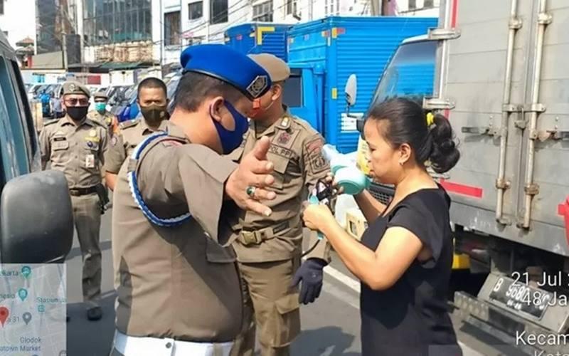 Satuan Polisi Pamong Praja Jakarta Barat menggelar razia masker dalam program kepatuhan penggunaan masker