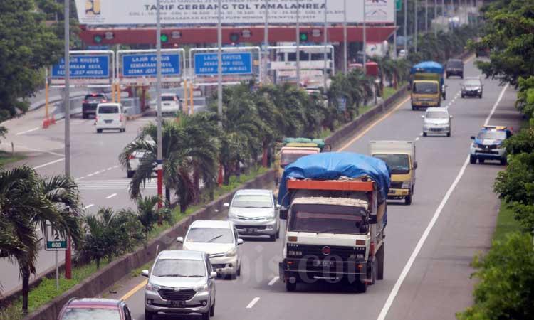 Kendaraan melintas di Jalan Tol Seksi Empat (JTSE) Makassar, Sulawesi Selatan, Rabu (26/2/2020). Bisnis - Paulus Tandi Bone