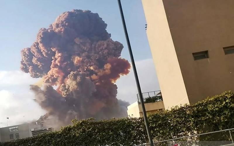 Asap membubung akibat ledakan besar di gudang yang menyimpan bahan peledak di Beirut, Lebanon, Selasa (4/8/2020). Reuters menyebutkan ledakan tersebut menewaskan 78 orang, melukai hampir 4.000 orang dan menyebabkan gelombang kejut yang menghancurkan jendela-jendela, batu dan mengguncang tanah di ibukota Lebanon. - Antara/Reuters