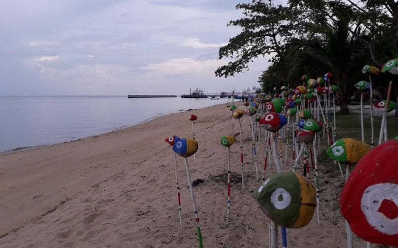 Pantai Baturakit di Mentok, Bangka Barat, Provinsi Bangka Belitung, mulai dibuka kembali setelah ditutup akibat pandemi corona./Antara - Donatus Dasapurna Putranta