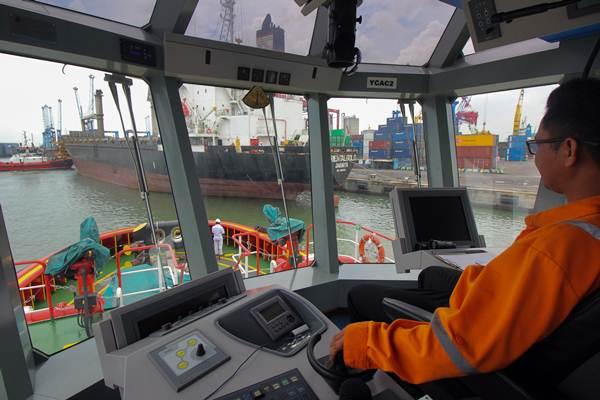 Nahkoda mengoperasikan kapal tunda (tug boat) untuk menarik kapal kargo yang akan berlayar di Pelabuhan Tanjung Perak, Surabaya, Jawa Timur. - Antara/Didik Suhartono