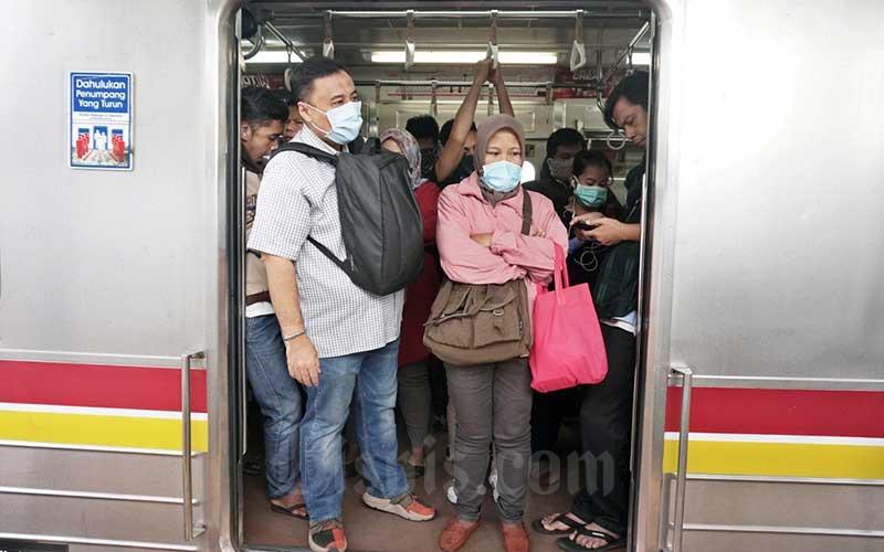 Ilustrasi-Penumpang Kereta Rel Listrik (KRL) menggunakan masker penutup wajah. - Bisnis/Eusebio Chrysnamurti
