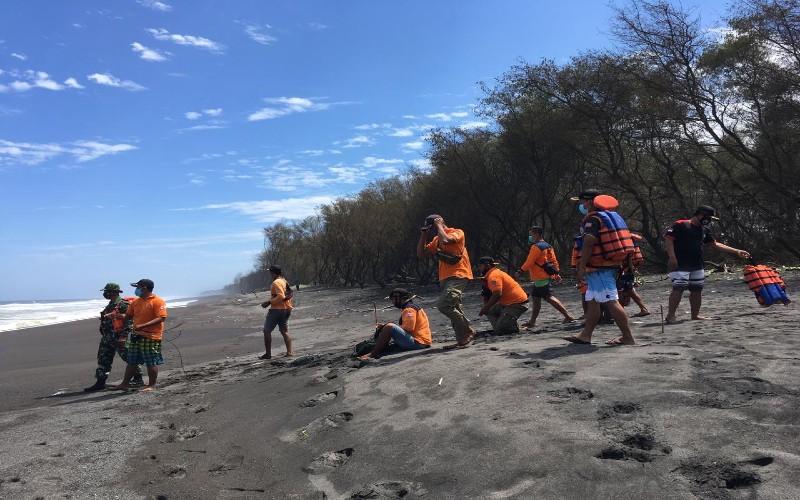 Sejumlah personil Tim SAR melakukan pemantauan untuk mencari wisatawan yang hilang terseret ombak di Pantai Goa Cemara, Kamis 6 Agustus 2020.  - Harian Jogja/Jumali.