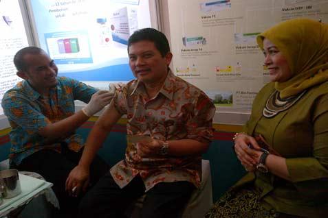 Ali Ghufron Mukti memperoleh suntikan vaksin flu di stan Bio Farma, di sela-sela Semina Nasional Pekan Imunisasi Dunia.  - Bisnis.com/yr