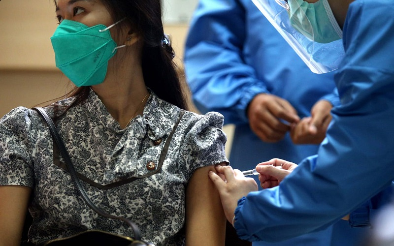 Relawan dan Tenaga Kesehatan melakukan simulasi uji klinis vaksin Covid-19 di Fakultas Kedokteran Universitas Padjadjaran, Bandung. - Bisnis/Rachman