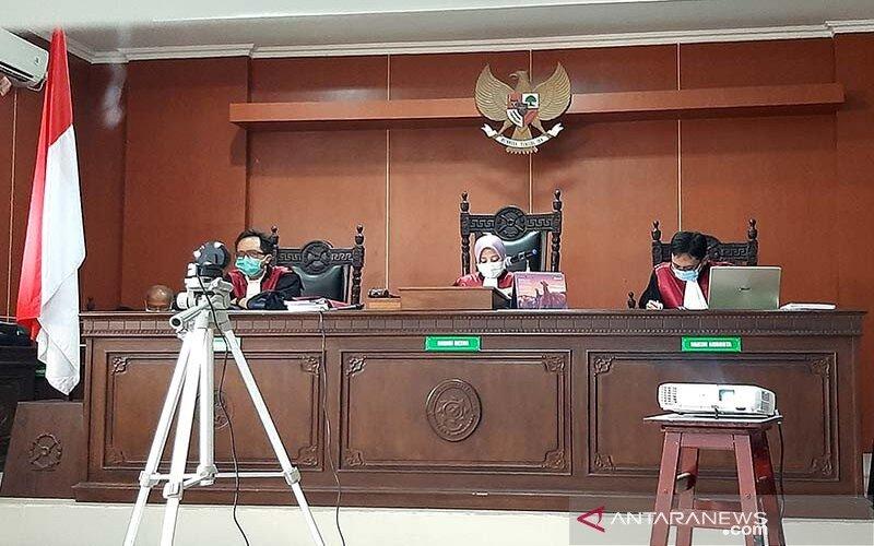 Hakim Ketua Hakim Ketua Ardhianti Prihastuti didampingi Hakim Anggota Randi Jastian Afandi (kiri) dan Suryo Negoro (kanan) saat membacakan putusan atas perkara penolakan pemakaman jenazah pasien terkonfirmasi positif Covid-19 dengan terdakwa Khudlori di Ruang Sidang I Pengadilan Negeri Banyumas, Kabupaten Banyumas, Jawa Tengah, Kamis (6/8/2020). - Antara/Sumarwoto