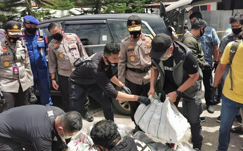 Petugas mengamankan sekitar 200 Kg narkoba jenis sabu yang dikirm dari Malaysia ke Kalsel. - Istimewa