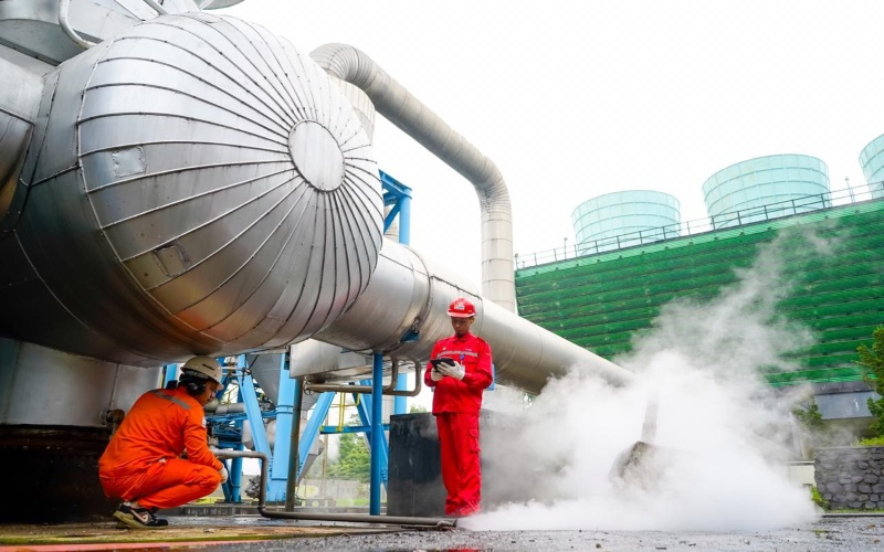 Ilustrasi-Petugas melakukan pengawasan dan pengecekan pada pembangkit listrik tenaga panas bumi. Istimewa - PLN