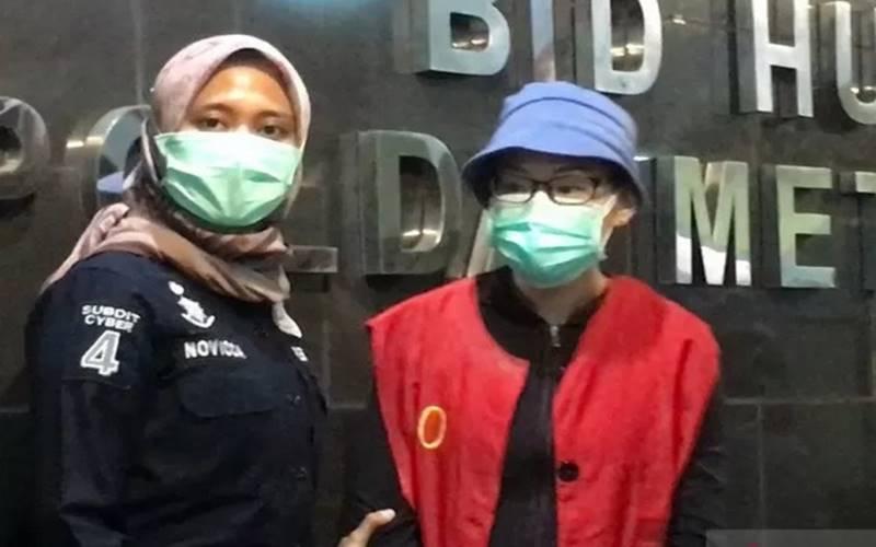 Polda Metro Jaya menghadirkan tersangka kasus dugaan pencemaran nama baik terhadap Basuki Tjahaja Purnama yang berinsial EJ (47) di Mako Polda Metro Jaya, Kamis (6/8/2020). - Antara