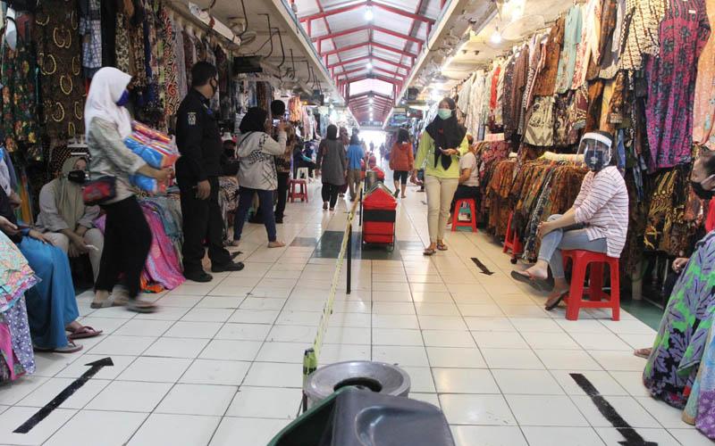 Los pedagang pakaian batik melayani pembeli di Pasar Beringharjo, Jogja, Selasa (16/06/2020). - Harian Jogja/Desi Suryanto