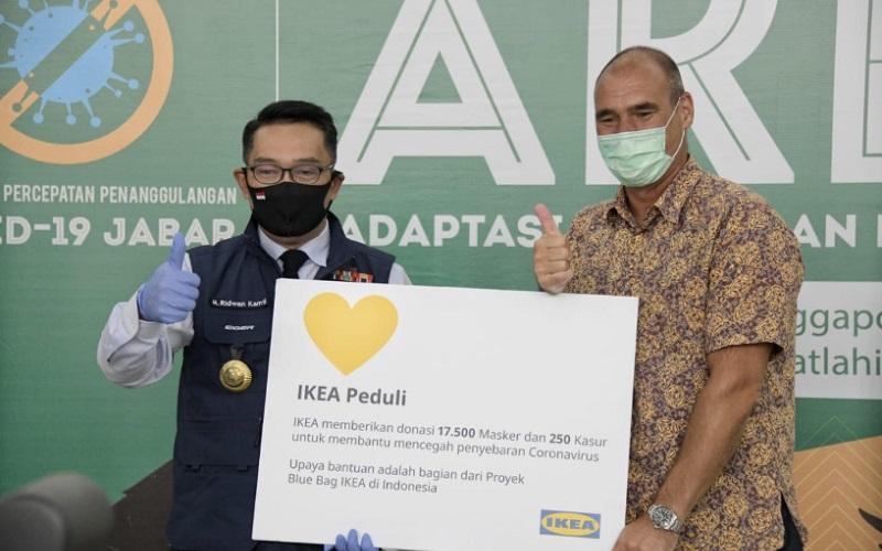 Bantuan berupa 17.500 masker wajah pakai ulang dan 250 matras diterima Ketua Gugus Tugas Percepatan Penanggulangan Covid/19 Jabar sekaligus Gubernur Jabar Ridwan Kamil