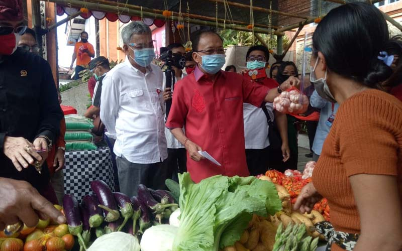 Kegiatan pasar gotong royong di Kantor OJK Regional 8 Bali dan Nusra, Kota Denpasar Bali pada Jumat 7 Agustus 2020.