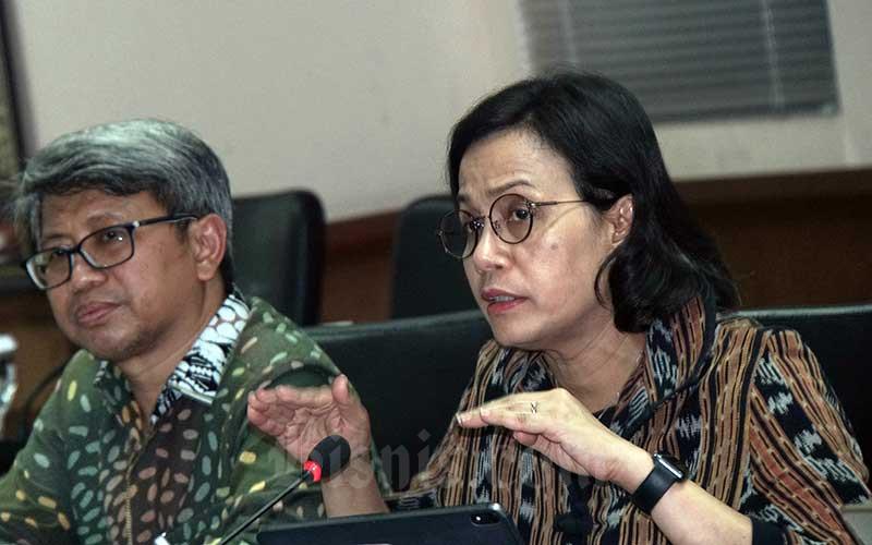 Menteri Keuangan Sri Mulyani Indrawati (kanan) didampingi Direktur Jenderal Perimbangan Keuangan Astera Primanto Bhakti dalam rapat kerja bersama Komisi IV DPD RI di Jakarta, Selasa (14/1/2020). Bisnis - Himawan L Nugraha