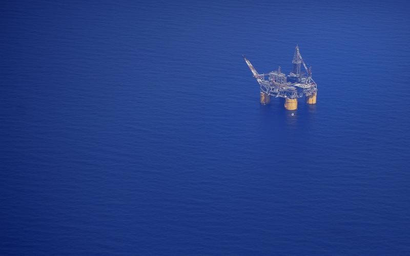 Ilustrasi: Pengeboran minyak lepas pantai. Bloomberg
