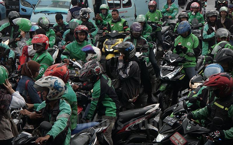 Pengemudi ojek online menunggu penumpang di Jakarta, Senin (3/2/2020). Bisnis - Himawan L Nugraha