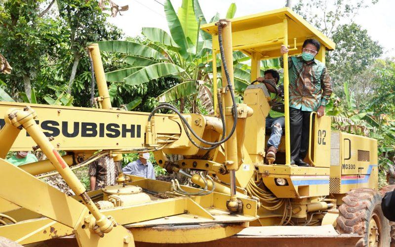 Gubernur Sumsel Herman Deru meninjau perbaikan jalan di Kabupaten Ogan Komering Ulu (OKU) Timur. istimewa