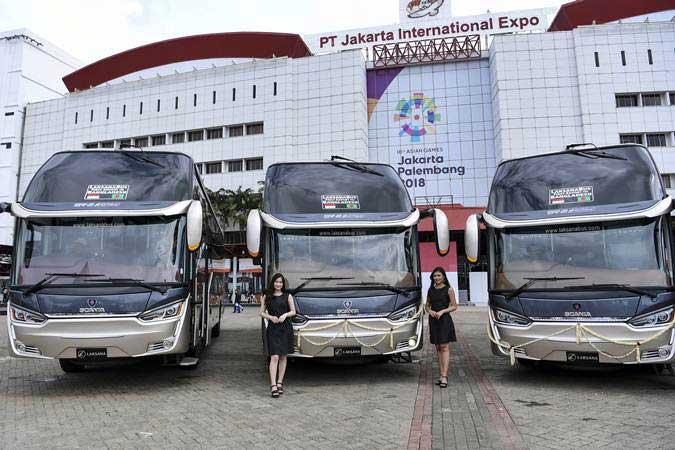 Model berada di depan bus produksi karoseri CV Laksana saat pelepasan ekspor perdana di JIExpo Kemayoran, Jakarta, Kamis (21/3/2019). CV Laksana mengekspor empat bus eksekutif dan 10 bus tingkat (double decker) ke Bangladesh. - ANTARA/Hafidz Mubarak A