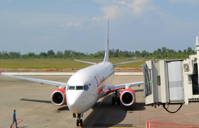 Petugas bandara memandu pesawat udara setelah mendarat di Bandara Internasional Minangkabau (BIM), Padangpariaman, Sumatra Barat, Kamis (24/1/2019). Data PT Angkasa Pura II, sejak kenaikan harga tiket dan pemberlakuan bagasi berbayar, jumlah penumpang pesawat udara di bandara tersebut berkurang hingga 3.000 orang per hari, bahkan 467 penerbangan dibatalkan sejak tanggal 1 hingga 21 Januari 2019 akibat sepi penumpang. ANTARA FOTO - Iggoy el Fitra