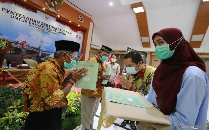 Wali Kota Tangerang, Arief R. Wismansyah di acara Penyerahan Sertifikat Tanah Untuk Rakyat Secara Virtual, Jum'at (7/8/2020). - Antara/Achmad Irfan