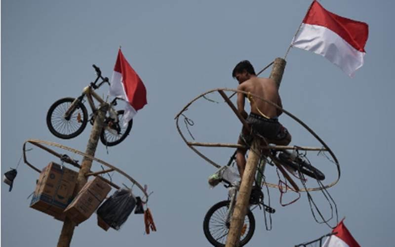 Ilustrasi-Warga mengikuti lomba panjat pinang dalam rangka HUT ke-74 Kemerdekaan RI di Pantai Karnaval, Ancol, Jakarta, Sabtu (17/8/2019). - Antara/Zarqoni Maksum