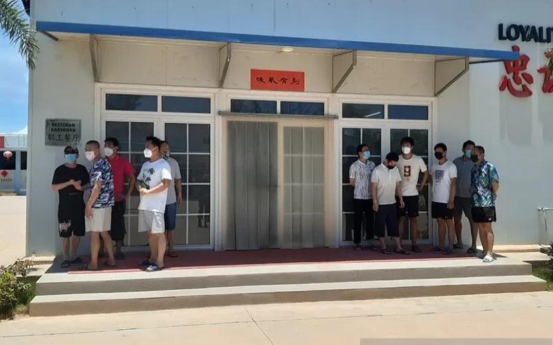 TKA China. Mereka karantina mandiri selama 14 hari. Setelah itu baru bekerja di PT Bintan Alumina Indonesia (BAI).  - ANTARA