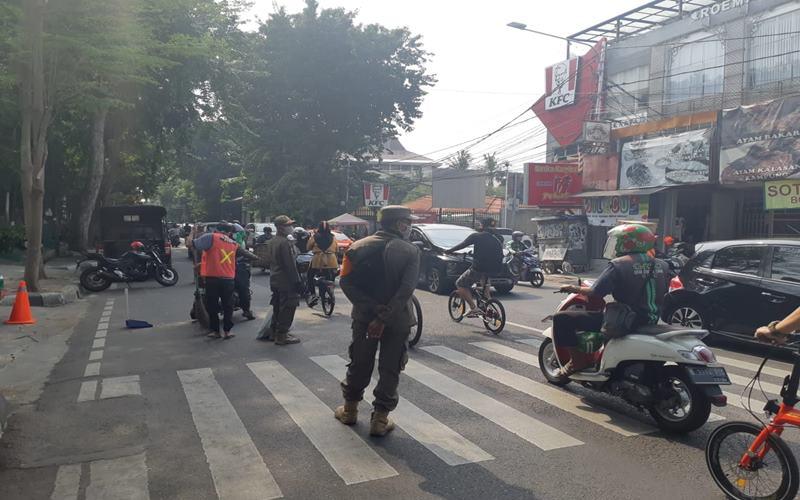 Satuan Polisi Pamong Praja Kota Adminstrasi Jakarta Pusat saat mengadakan razia pendisiplinan penggunaan masker di ruas Jalan Percetakan Negara, Jumat (24/7/2020). - Bisnis/Nyoman Ary Wahyudi
