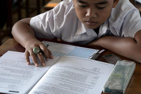 Murid kelas VI Sekolah Dasar (SD) Madrasah Ibtidaiyah Attaqwa mengikuti Ujian Nasional (UN) mata pelajaran Bahasa Indonesia pada hari pertama di Makassar, Sulawesi Selatan, Senin (18/5). - Antara