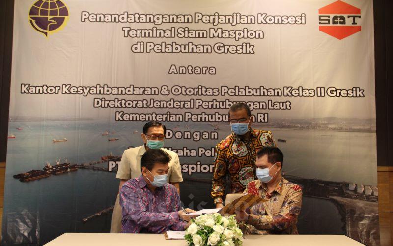 Direktur PT Siam Maspion Terminal, Marianus Oei (depan kiri) dan Kepala KSOP Kelas II Gresik, R Totok Mukarto (depan kanan) disaksikan Dirjen Perhubungan Laut Kemenhub, R Agus H Purnomo (belakang kanan) dan CEO Maspion Group, Alim Markus (belakang kiri) saat penandatanganan perjanjian konsensi antara Kantor Kesyahbandaran dan Otoritas Pelabuhan (KSOP) Kelas II Gresik, di Surabaya, Sabtu (8/8/2020). -  Bisnis / Syaharuddin Umngelo