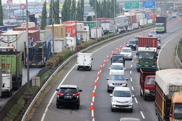 Pengendara melaju saat pelaksanaan rekayasa lalu lintas contraflow (lawan arah) yang diberlakukan di ruas Jalan Tol Jakarta Outer Ring Road (JORR) Cikunir arah Pondok Indah km 47, di Bekasi, Jawa Barat, Kamis (20/9).  - Antara