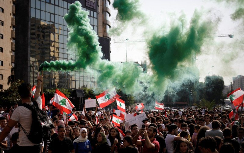 Dokumentasi. Para demonstran membawa suar selama aksi protes anti pemerintah dekat Kementerian Pendidikan dan Pendidikan Tinggi di Beirut, Lebanon, Kamis (7/11/2019). (Antara/Reuters/Andres Martinez Casares - TM)