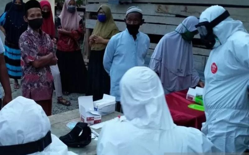 Petugas medis dari Tim Gugus Penanggulangan Pencegahan Covid-19 Nagan Raya melakukan tes cepat kepada 100-an warga di sebuah desa di Kecamatan Darul Makmur, Nagan Raya, Aceh karena sebelumnya diduga ikut memandikan jenazah positif Covid-19 dan melayat ke rumah duka, Senin (3/8/2020).  - Antara