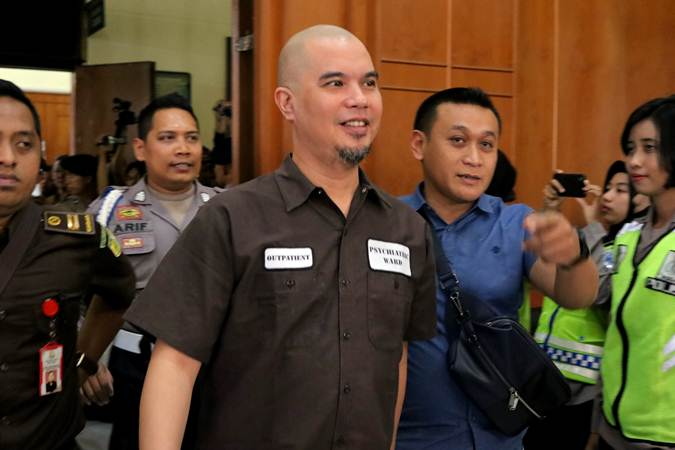 Ahmad Dhani Prasetyo (tengah) - ANTARA/Didik Suhartono