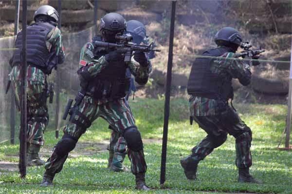 Anggota Brimob dan TNI melakukan latihan penyergapan teroris - Antara/Ari Bowo Sucipto