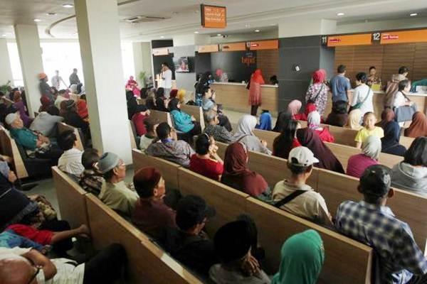 Ilustrasi-Nasabah bank antre untuk bertransaksi termasuk mengambil gaji atau pensiun - JIBI/Yayus Yuswoprihanto