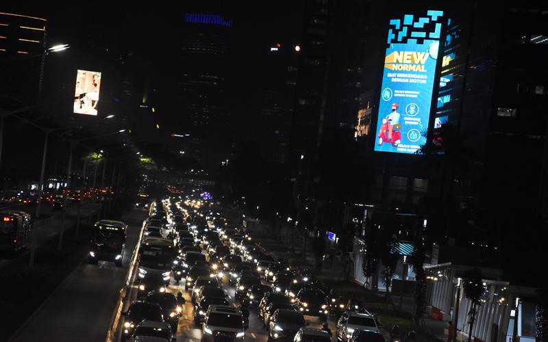 Sejumlah kendaraan terjebak kemacetan pada masa Pembatasan Sosial Berskala Besar (PSBB) transisi di kawasan Senayan, Jakarta, Rabu (8/7/2020). Berdasarkan data Gugus Tugas Percepatan Penanganan COVID-19, jumlah kasus positif COVID-19 pada Rabu (8/7) meningkat 1.853 orang sehingga total kasus positif mencapai 68.079 orang, sedangkan jumlah pasien sembuh bertambah 800 orang menjadi 31.585 orang. ANTARA FOTO - Indrianto Eko Suwarso