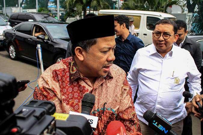 Fahri Hamzah (kiri) dan Fadli Zon memberikan keterangan kepada media sebelum menjenguk musisi Dhani Ahmad Prasetyo alias Ahmad Dhani di Rutan Cipinang, Jakarta, Rabu (6/2/2019). - ANTARA/Putra Haryo Kurniawan