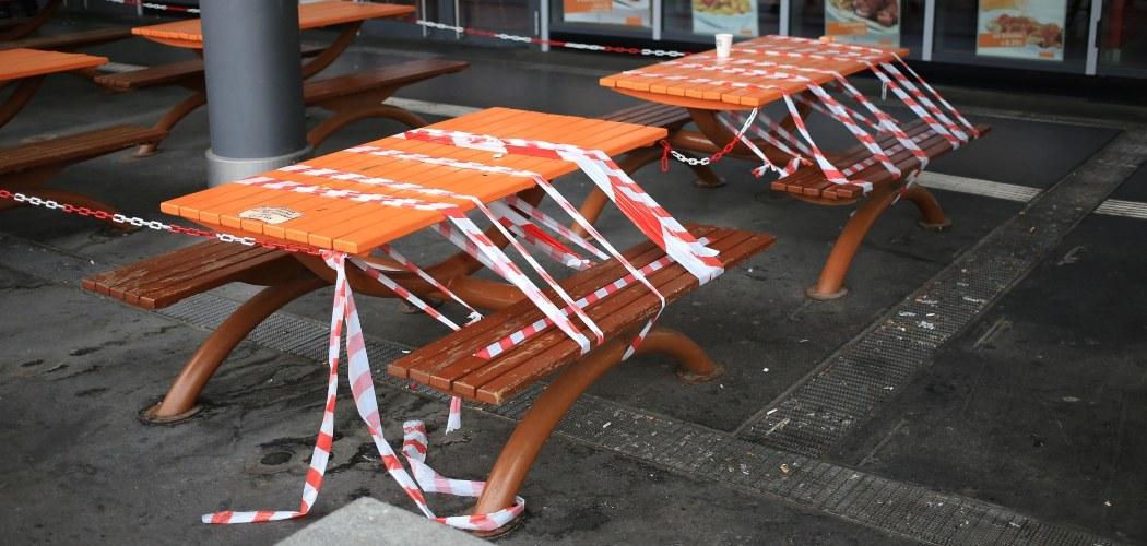 Meja makan di luar sebuah gerai McDonalds ditutup agar tidak ada konsumen yang makan di tempat, di Berlin, Jerman, Senin (4/5/2020). - Bloomberg/Krisztian Bocsi