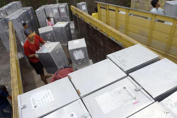 Ilustrasi-Pekerja menaikkan logistik kotak suara di kantor KPU Tulungagung, Tulungagung, Jawa Timur, Senin (11/6). - Antara