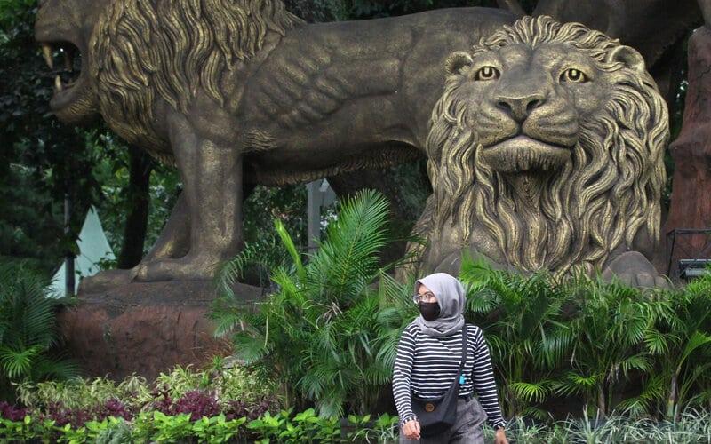 Pejalan kaki melintas di depan patung Tiga Singa saat Pembatasan Sosial Berskala Besar (PSBB) di Taman Trunojoyo, Malang, Jawa Timur, Kamis (28/5/2020).  - Antara/Ari Bowo Sucipto