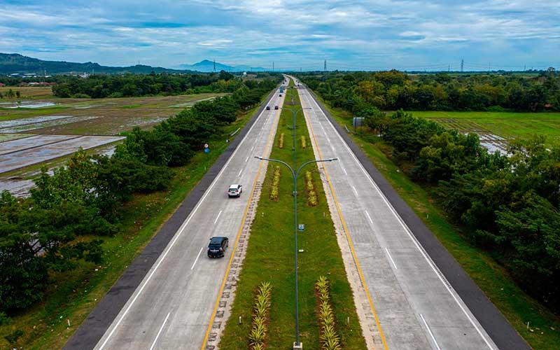 Kendaraan melintas di Tol Cipali Palimanan, Cirebon, Jawa Barat, Kamis (21/5/2020). Menjelang Lebaran, salah satu titik kepadatan arus mudik di ruas tol Cikopo-Palimanan (Cipali) terpantau sepi dikarenakan adanya larangan mudik dari Pemerintah demi mencegah penyebaran wabah COVID-19. ANTARA FOTO - Nova Wahyudi