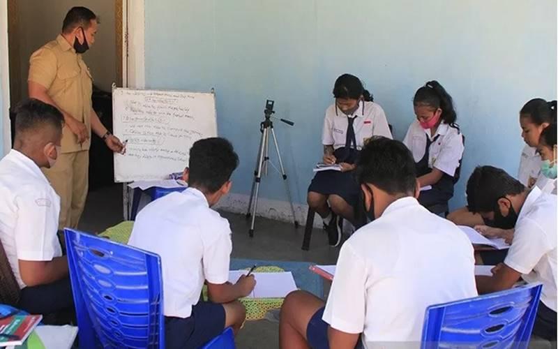 Seorang guru bahasa Inggris sedang mengajar saat dilaksanakannya sedang sekolah tatap muka di salah satu rumah warga di Kota Kupang, NTT Senin (10/08/2020). - Antara