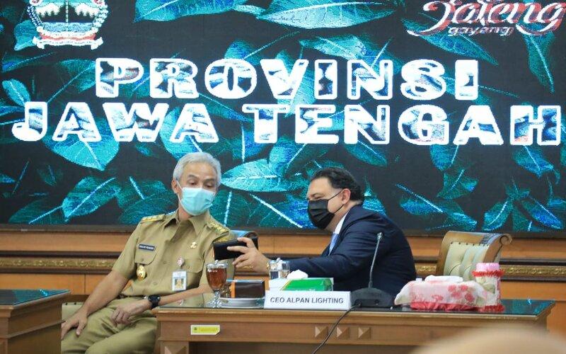 President & CEO Alpan Lighting Danny Sooferian (kanan) berbincang dengan Gubernur Jawa Tengah Ganjar Pranowo. - Ist