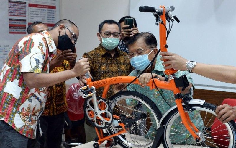 Ketua Umum Palang Merah Indonesia (PMI) Jusuf Kalla menandatangani sepeda Brompton yang akan dilelang untuk program donor darah.  - Istimewa