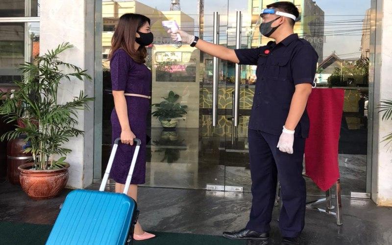 Petugas hotel menerapkan prosedur pencegahan Covid-19 bagi tamu. Ada sekitar 8.250 kamar di Palembang yang dijual selama jangka waktu 1 September sampai 31 Desember 2020.   - Foto: Istimewa)