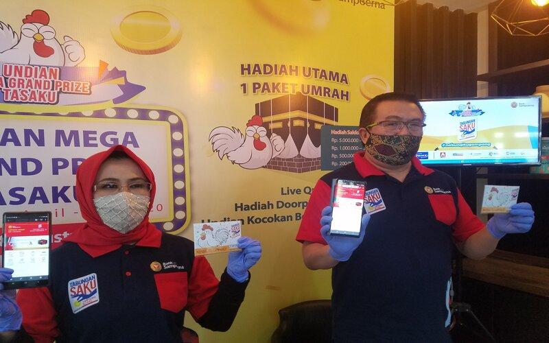 Kepala Cabang Bank Sahabat Sampoerna Malang Bernard Erwin Karamoy (kanan) di kantornya, Sabtu (8/8/2020). - Bisnis/Choirul Anam
