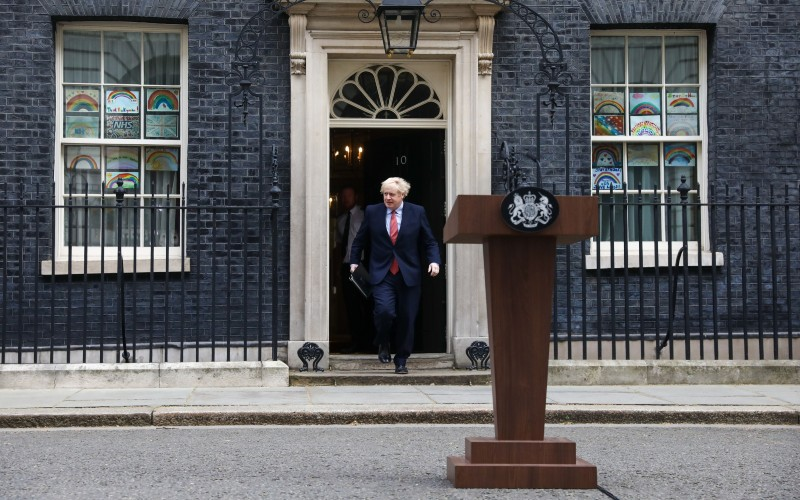 Perdana Menteri (PM) Inggris Boris Johnson bersiap memberikan keterangan di luar kantornya di 10 Downing Street di London, Inggris, Senin (27/4/2020). - Bloomberg/Simon Dawson